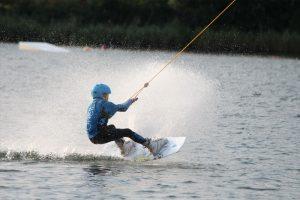 Viel Spaß und Action bringt das Wasserskifahren bzw. Wakeboarden.